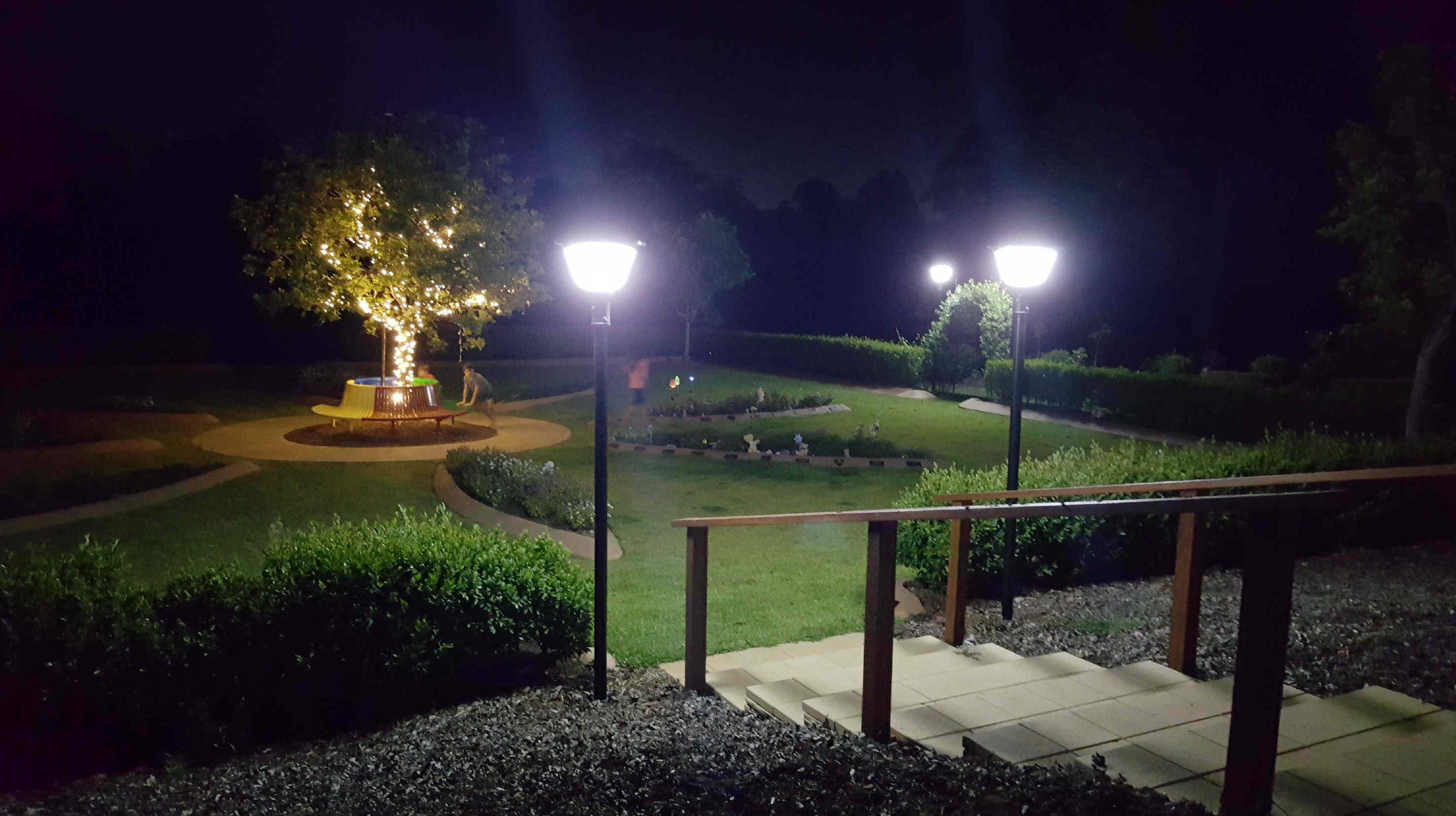 Đèn led trụ năng lượng mặt trời trong vườn